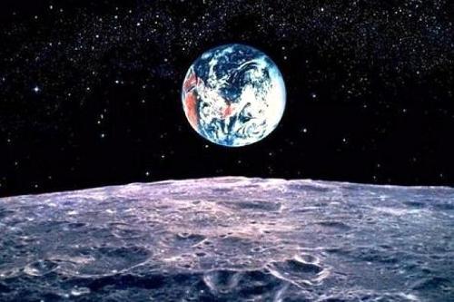 Из-за отсутствия собственного магнитного поля на Луне можно ориентироваться только по звёздам