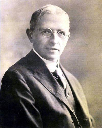 Генри Норрис Рассел (1877–1957) родился в Ойстер-Бей, шт. Нью-Йорк, и большую часть жизни прожил в Принстоне, куда он переехал в 12-летнем возрасте. С именем Рассела связаны диаграмма Герцшпрунга-Рассела, показывающая зависимость блеска звезд от цвета, и метод связи Рассела-Саундерса, который описывает двухэлектронные взаимодействия в атомных спектрах. После 1919 г., когда индийский физик Мегнад Н. Саха успешно разработал квантово-механическую теорию ионизации, Рассел посвятил себя теоретическому анализу звездных спектров
