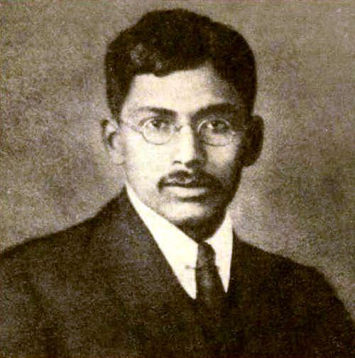 Мегнад Н. Саха родился в 1893 г. в Восточной Бенгалии (ныне Бангладеш) в семье лавочника. В нем рано проявились способности к математике и физике. В 1918 г. Калькуттский университет, который он закончил, присудил ему степень доктора наук. Вскоре после этого Саха занялся решением астрофизических проблем, используя свои познания в термодинамике и квантовой механике. В статьях, написанных в 1919–1921 гг. в Калькутте и Великобритании, Саха применил понятие термоионизации в исследовании атмосфер звезд и проложил путь к изучению звездных спектров. Эти его работы некоторые считают началом современной астрофизики. Несмотря на важность работ Сахи, он не был приглашен его американскими и европейскими коллегами для совместного дальнейшего развития его теории. Саха вернулся в Индию в Калькуттский университет, но вскоре получил должность профессора физики в Университете Аллахабада. В последующие 20 лет он играл одну из главных ролей в создании Индийского Национального института наук, Индийского физического общества и Индийской организации научных новостей. После возвращения в Калькуттский университет в 1938 г. он основал Институт ядерной физики и настаивал на необходимости создания системы национального планирования на научной основе. В 1951 г. Саха был избран в Индийский парламент как независимый его член и оставался им до своей смерти в 1956 г.